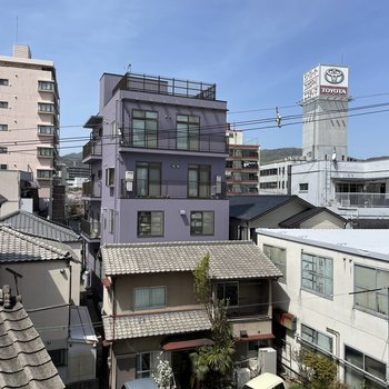 横を向くと、建物の間から桜の木がチラッと。ふふふ。なんだかいいですね。