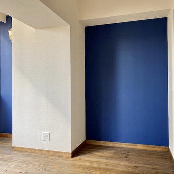 【洋室約5帖】ロイヤルブルーのクロスが素敵。