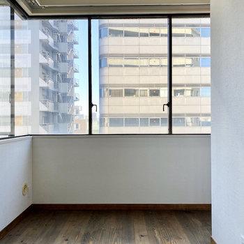【洋室約5帖】大きな窓からは光がたっぷり入ってきますよ。