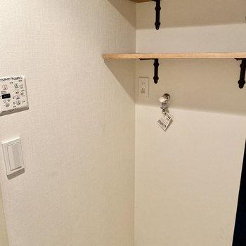 室内洗濯機置き場は脱衣室入って右です。