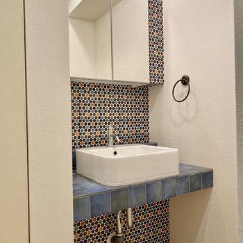 お洒落なタイルデザインの独立洗面台。