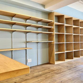 【LDK】壁一面には収納棚。お気に入りの本や映画でうめつくしちゃいましょう。