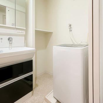 もちろん洗濯機も付いています。タオルなどを置ける棚もあるのが嬉しい。