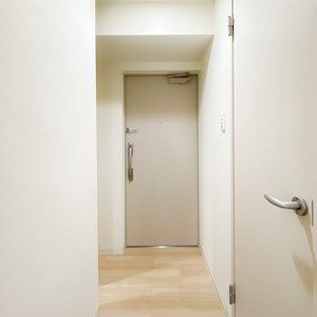 ダウンライトで明るい玄関は廊下の奥に。