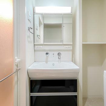 脱衣所に入ると三面鏡の大きな洗面台がお出迎え。
