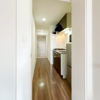 ドアの向こうはキッチンスペース。