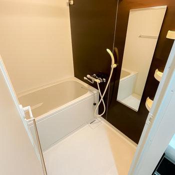 浴槽も洗い場も広めなお風呂は、浴室乾燥機付きで洗濯物を干すことも◎