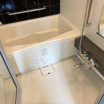 バスタブも洗い場もゆったりサイズで寛げます。※写真は前回募集時のものです
