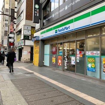 駅までの道には飲食店やコンビニ。