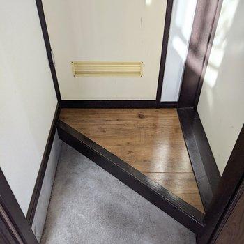 玄関スペースは少しコンパクトです。