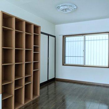便利な棚には本、帽子、タオルなど入れることができます。