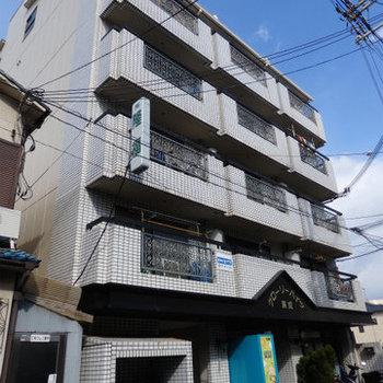 6階建てのレトロマンション。