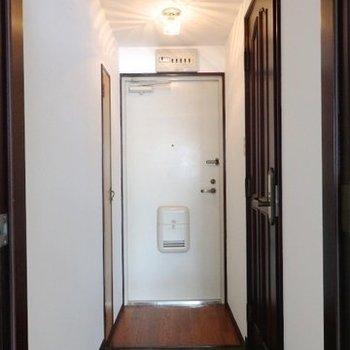 玄関。靴箱は小さいものが左手に。(※写真は5階同間取り別部屋のものです)