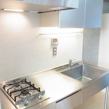 キッチンはステンレス。※写真は3階の同間取り別部屋のものです