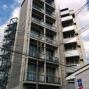 コンクリート打ちっぱなしのスタイリッシュな建物。