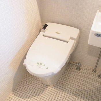 トイレはウォシュレットつき。※写真は3階の同間取り別部屋のものです
