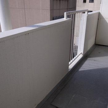 バルコニーに洗濯置き場があります。※写真は2階反転間取り別部屋のものです。