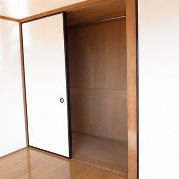 収納は押し入れタイプ※写真は2階反転間取り別部屋のものです。