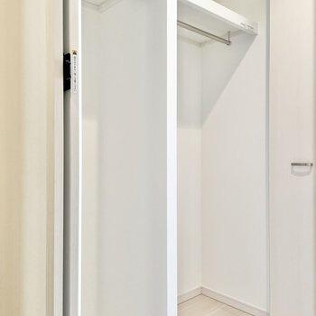 コートもしっかり掛けられるクローゼット。※文章・写真は6階同間取り・別部屋のものです