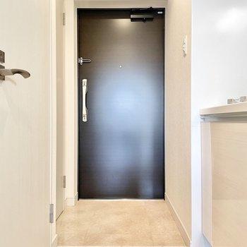 玄関は脱ぎ履きに問題ない広さ。※文章・写真は6階同間取り・別部屋のものです