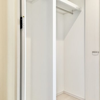 コートもしっかり掛けられるクローゼット。※文章・写真は6階反転間取り・別部屋のものです