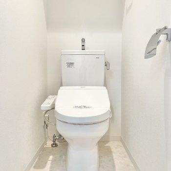 トイレはウォシュレット付き。※文章・写真は6階反転間取り・別部屋のものです