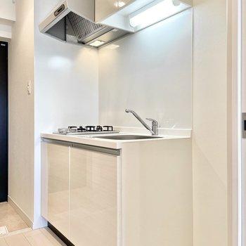 キッチンも白で清潔感があります。※文章・写真は6階反転間取り・別部屋のものです