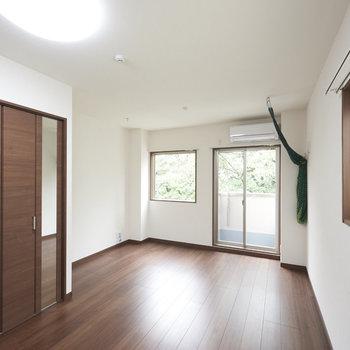 お部屋はブラウンがメインカラー。※写真は2階の同間取り別部屋のものです