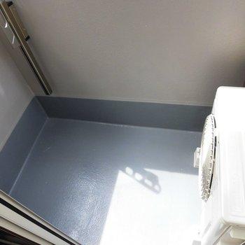 バルコニーはコンパクト。※写真は2階の同間取り別部屋のものです