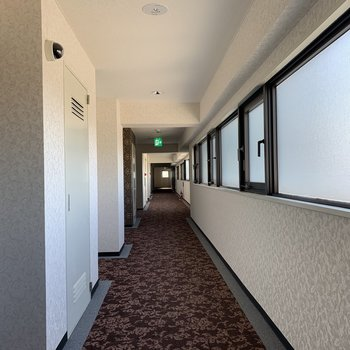 お部屋前の通路。ここはホテルですか?