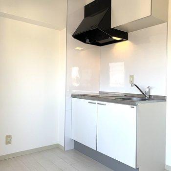 冷蔵庫置き場はキッチンのすぐ隣にありますよ