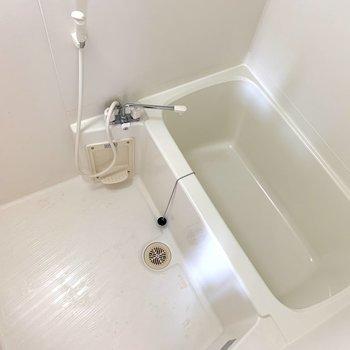 お風呂場の電気は、明るくなるまで少し時間がかかるようです。マイペースなんですね。鏡は必要であればご用意ください!