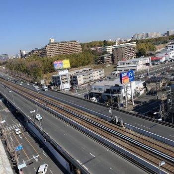 下には高速道路と北大阪急行南北線が通っています