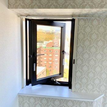 【洋室】ちょこっと小窓が嬉しい!