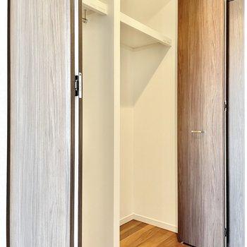 ートもしっかり掛けられるクローゼット。※文章・写真は6階反転間取り・別部屋のものです