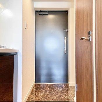 玄関は脱ぎ履きに問題ない広さ。※文章・写真は6階反転間取り・別部屋のものです