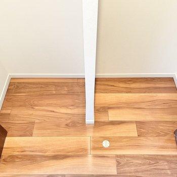 ラックや収納ボックスを置いて、さらに細かく収納を。※文章・写真は6階反転間取り・別部屋のものです