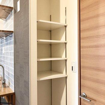 裏にはパントリーとして使えそうな棚があります