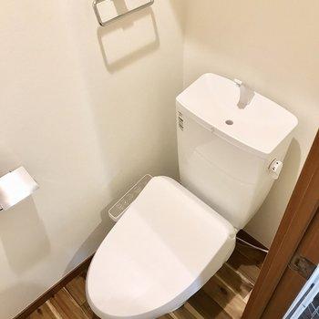 トイレは個室にあります