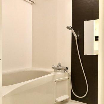 お風呂はゆったりと入れるサイズ
