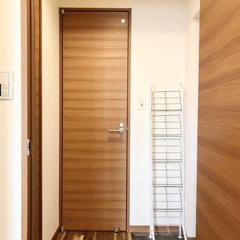 扉を開けて玄関周りへ