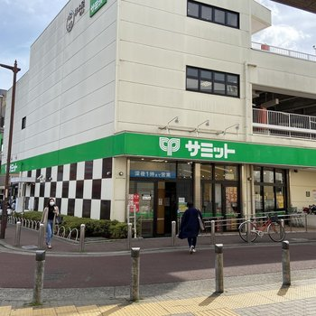駅前にスーパーがあって買い物に便利です。