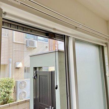 窓には室内干しフックが取り付けられていますよ。