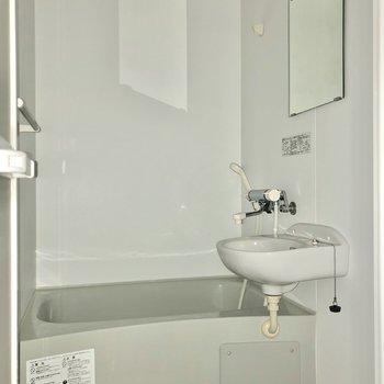 お風呂は2点ユニット。※写真は通電前・フラッシュを使用しています