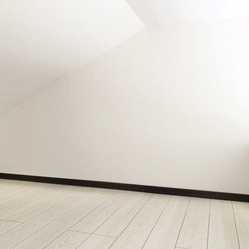 奥になるにつれて天井が低くなっています。