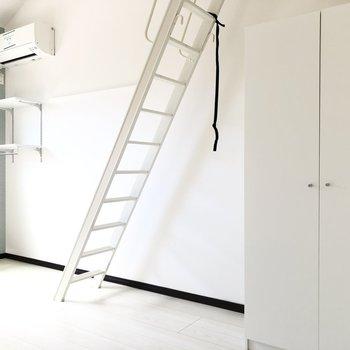 はしごを使わないときには壁に掛けておけます。