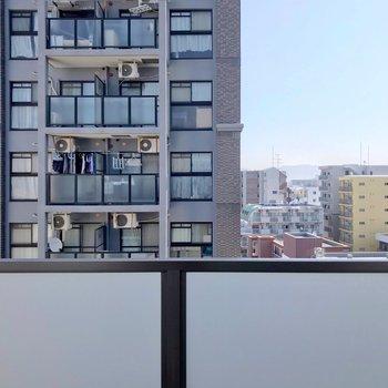建物が多いですが圧迫感はありません。空が見えて気持ちいい。