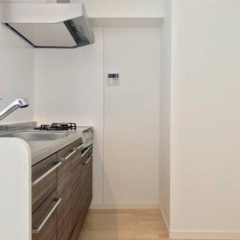 冷蔵庫と食器棚は背面に置けますよ。奥にあるリモコンでは