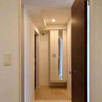 廊下は短めです。この左側に、