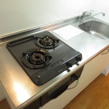 自炊派のあなたに大切な2口のシステムキッチンです(※写真は5階反転間取り別部屋のものです)